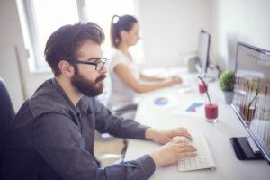 operatori della bonifica-ambientale al lavoro in ufficio