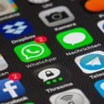 Icone di chat sullo schermo di uno smartphone